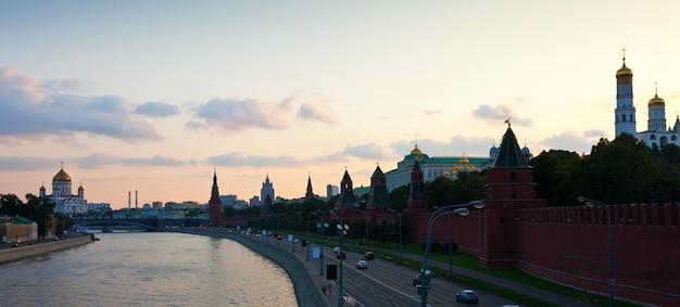 Moskou het kremlin en de rivier moskva in zonsondergang