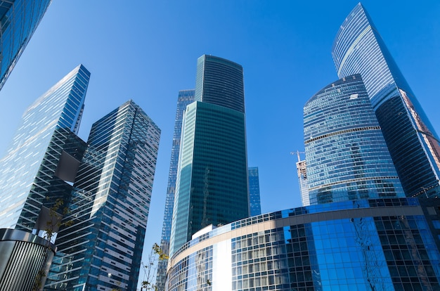 Moskou, rusland - 17 oktober 2018: down-up uitzicht op wolkenkrabbers in moskou-stad (moscow international business center), rusland. moderne architectuur.