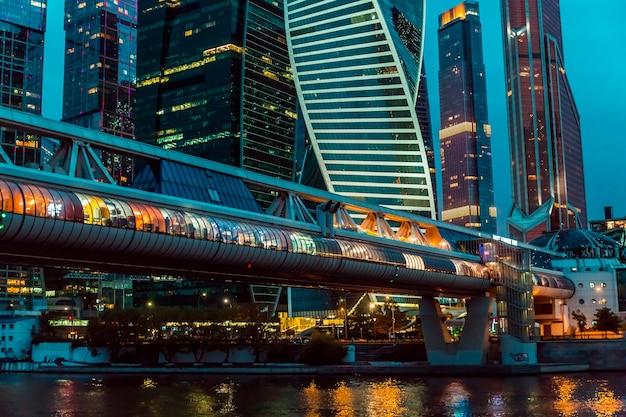 Moskou, rusland, 20 augustus 2021 stedelijke nachttijdspanne van zakencentrum in de binnenstad van moskou met hoge gebouwen. stadsgezicht van verlichte stad.