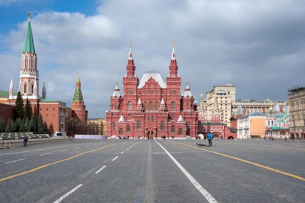 Moskou, rusland - 23 maart 2020: panorama van het rode plein zonder toeristen in moskou, rusland