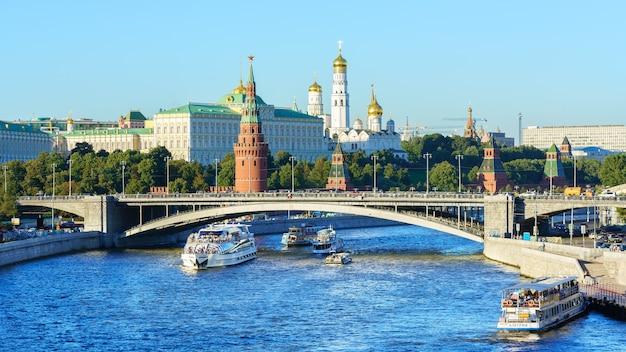 Moskou rusland 27 augustus 2016 landschap van het kremlin van moskou en de rivier van moskou