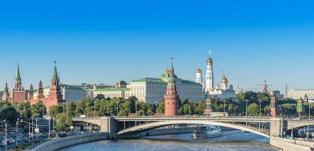 Moskou rusland augustus 2016 panoramalandschap van het kremlin van moskou en de rivier van moskou