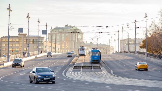 Moskou, rusland: trams en auto's op brug bolshoi ustinskiy
