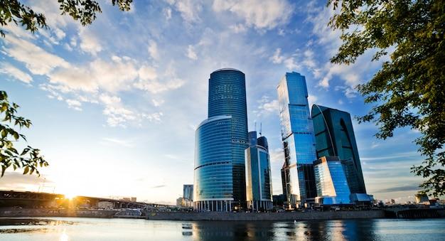 Moskou stad en de rivier de lee. zon
