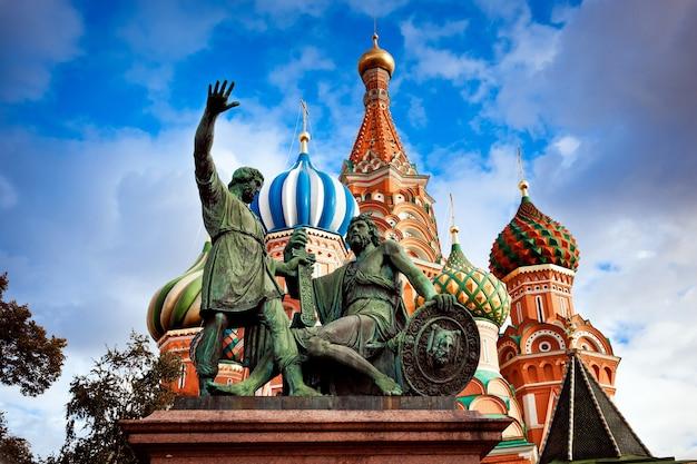 Moskou uitzicht op de stad van kathedraal en standbeelden