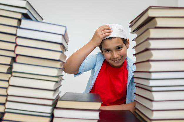 Moslim arabische kinderen met veel boeken in de bibliotheek