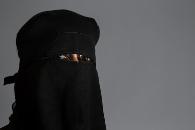 Moslim arabische vrouw met zwarte niqab