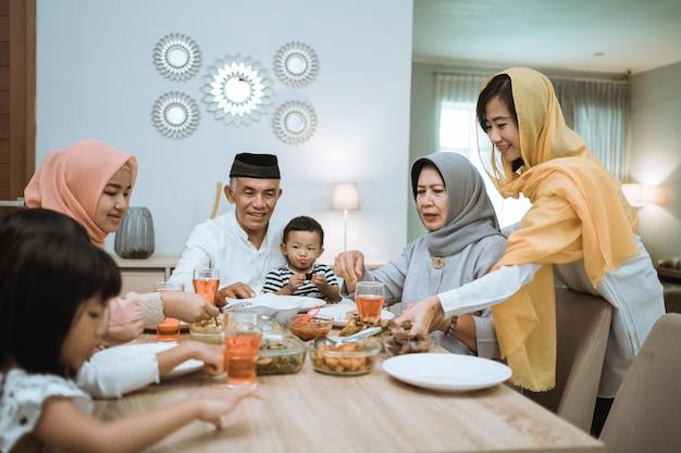 Moslim aziatische familie en grootouders met vasten tijdens ramadan. iftar dinerpauze Premium Foto