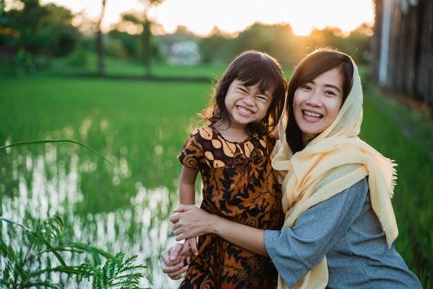 Moslim aziatische vrouw buiten met haar dochter