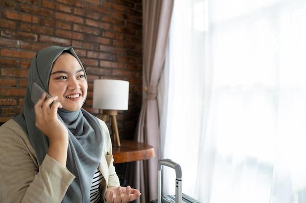 Moslim aziatische vrouw die smartphone gebruiken