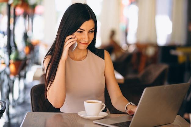 Moslim bedrijfsvrouw die aan computer werkt