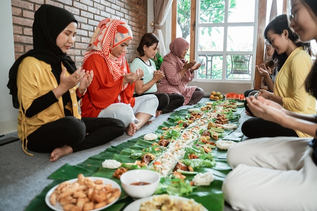 Moslim bidden voor het eten