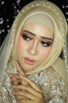 Moslim bruidsmodel met natuurlijke make-up
