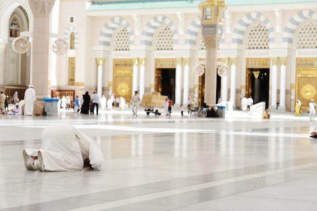 Moslim die bij medina-moskee bidt