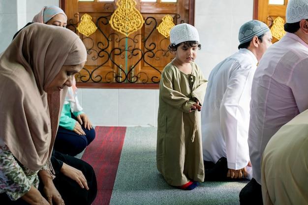 Moslim die in de moskee bidt