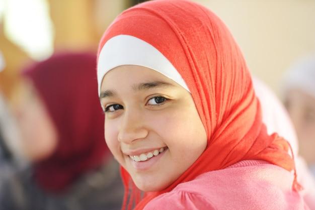 Moslim en arabische meisjes leren samen in groep