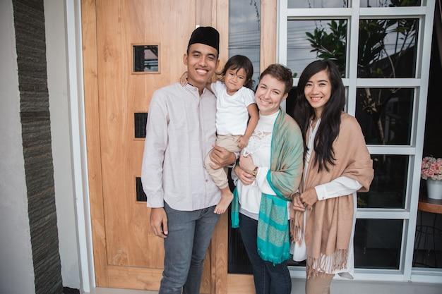 Moslim familie en vrienden glimlachen