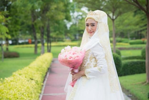 Moslim gekleed meisje bekijk prachtig de camera