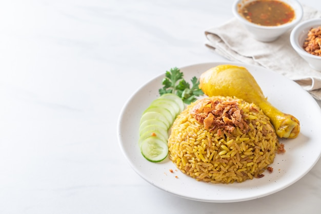 Moslim gele rijst met kip