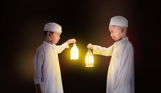 Moslim jongen die de lantaarn van de moslimstijl houdt