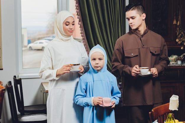 Moslim kaukasische familie die thee drinkt