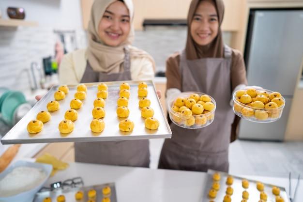 Moslim kleine ondernemer die zelfgemaakte nastar-snack maakt om te verkopen