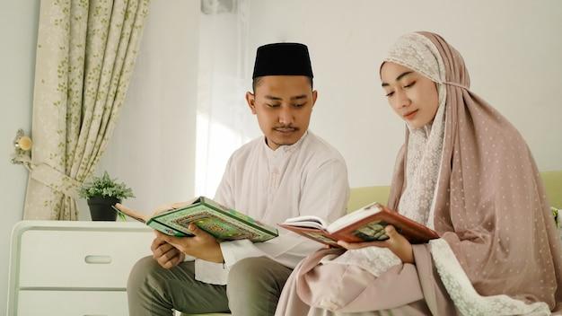 Moslim man begeleidt zijn vrouw om de koran te lezen