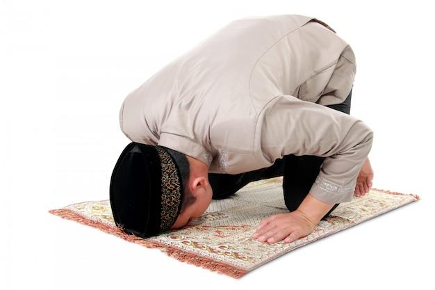 Moslim man bidden op tapijt