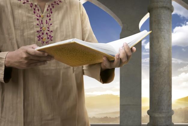 Moslim man die de koran leest
