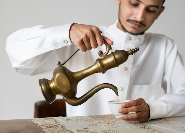 Moslim man met een kopje thee