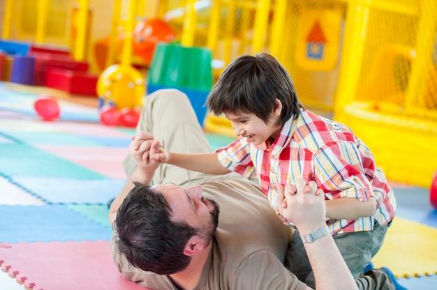 Moslim man speelt met zijn zoon
