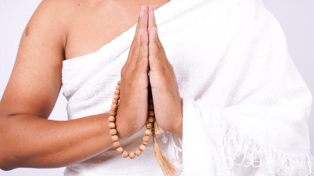 Moslim man zet handen geïsoleerd