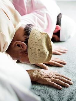 Moslim mannen bidden tijdens ramadan