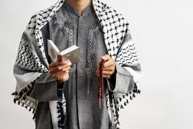 Moslim mannetje dat koran leest