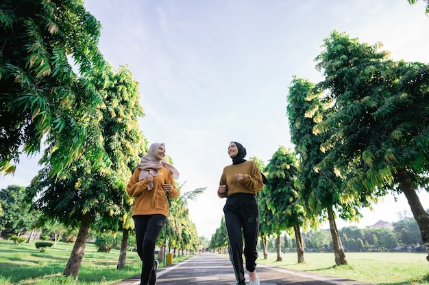 Moslim meisje sport samen met vriend