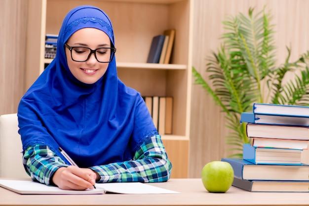 Moslim meisje voorbereiden op toelatingsexamens
