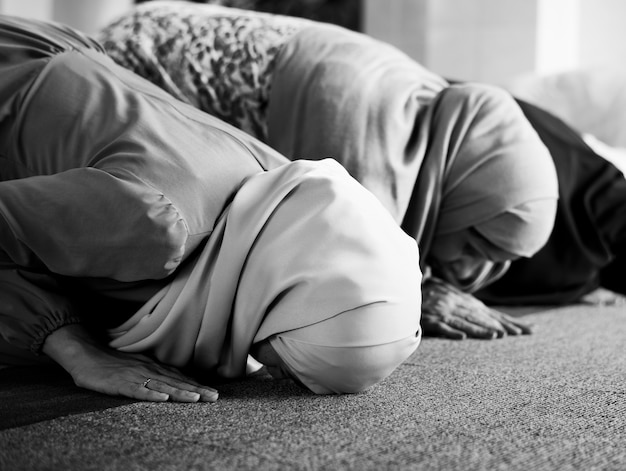 Moslim mensen bidden in sujud houding