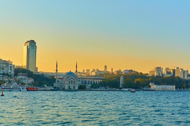 Moslim moskee in turkije. uitzicht vanaf de bosporus. istanboel architectuur.