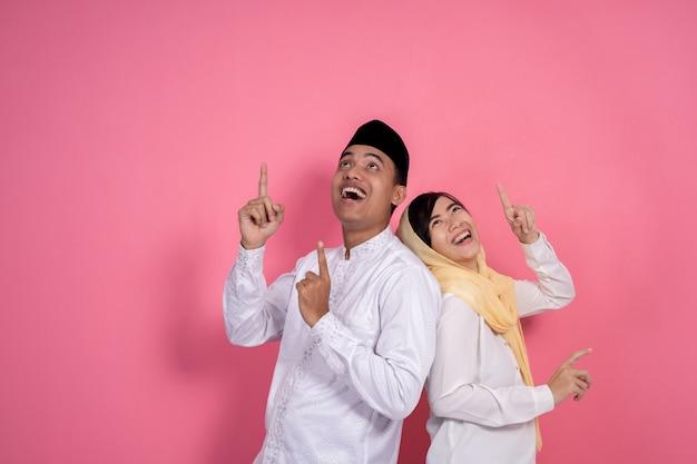 Moslim paar dat omhoog copyspace kijkt