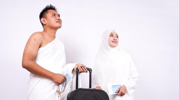 Moslim paar dragen ihram geïsoleerd