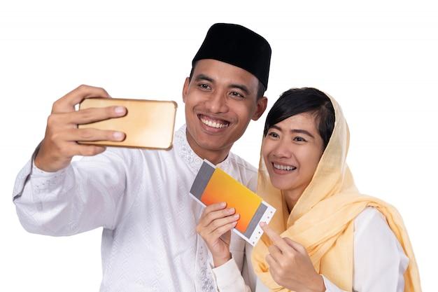 Moslim paar met selfie met telefoon