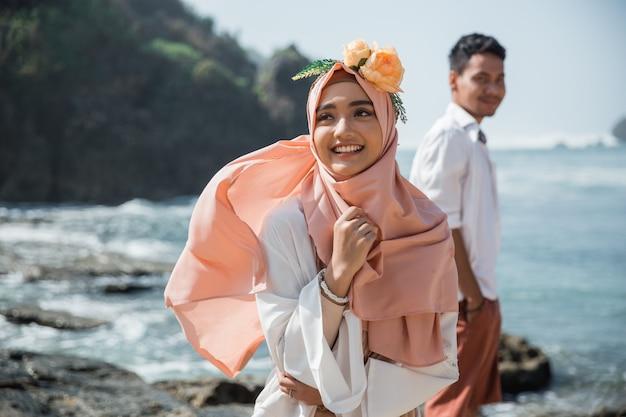 Moslim paar op het strand samen