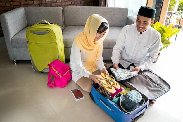 Moslim paar reizen concept
