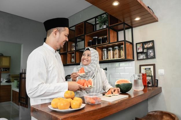 Moslim paar samen breken het vasten