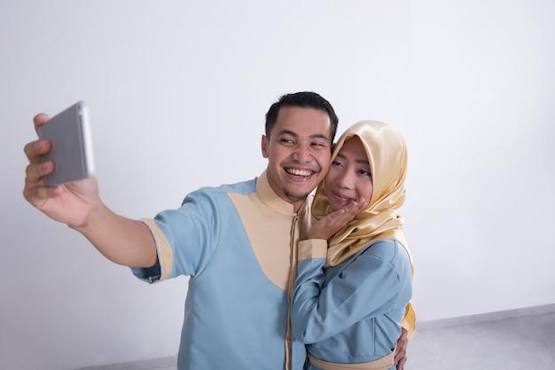 Moslim paar selfie te nemen