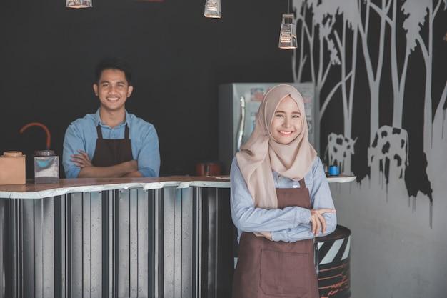 Moslim vrouwelijke ondernemer glimlachen