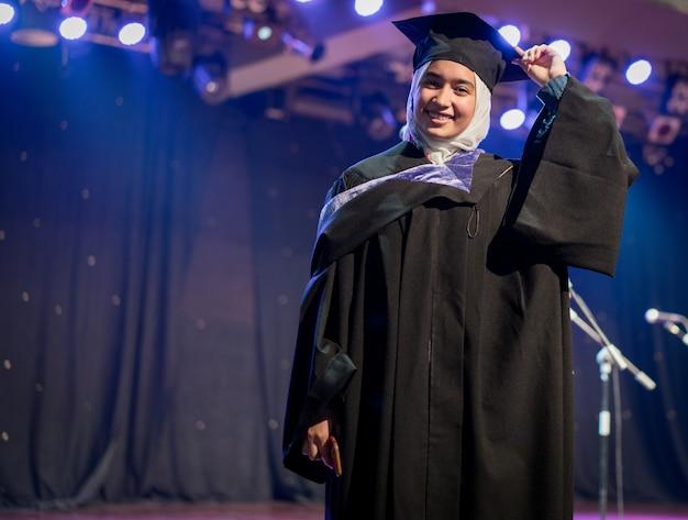 Moslim vrouwelijke student op graduatieceremonie