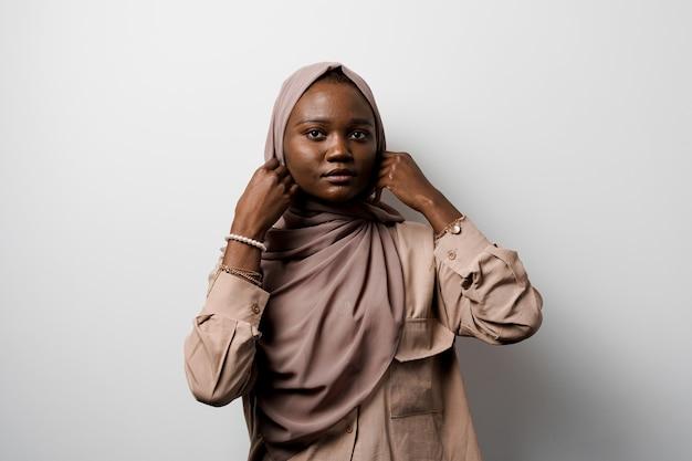 Moslim zwart meisje. afrikaanse vrouw. model poseren.