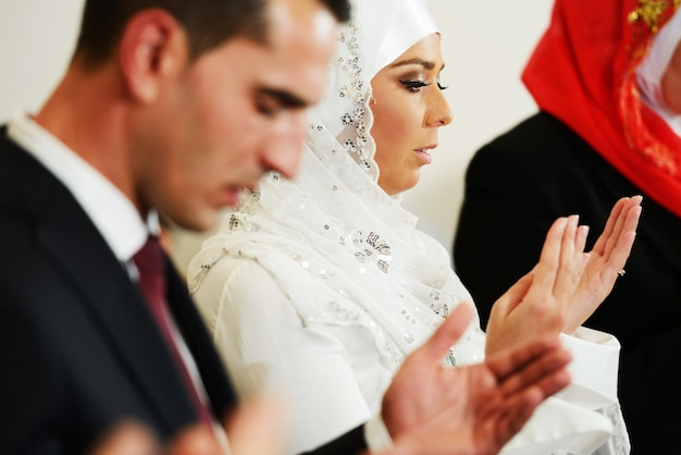 Moslimbruid en bruidegom bij de moskee tijdens een huwelijksceremonie