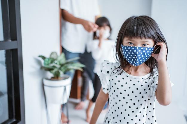 Moslimfamilie bezoekt tijdens eid mubarak-viering en draagt masker ter bescherming tegen het coronavirus